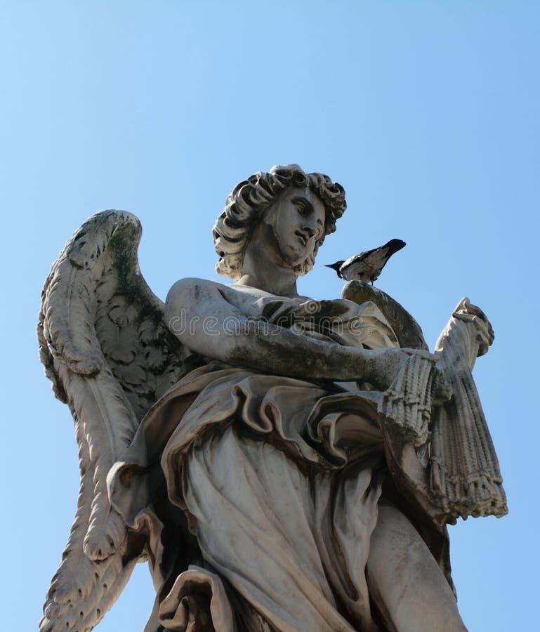 Angelo con la scultura delle fruste a Roma Italia con il piccione che riposa sulla sua spalla immagine stock libera da diritti
