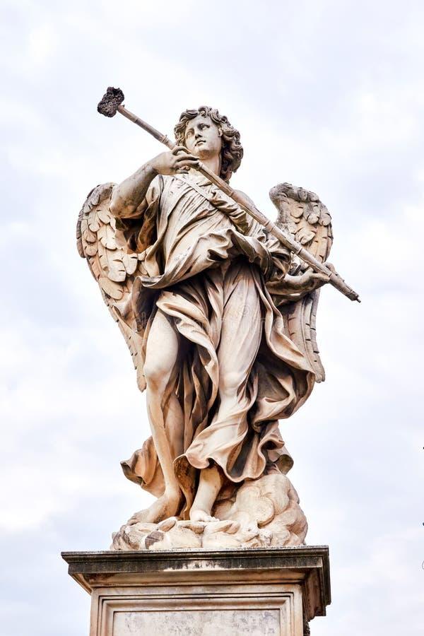 Angelo con la statua della spugna sul ponte di Ponte Sant Angelo a Roma, Italia fotografia stock