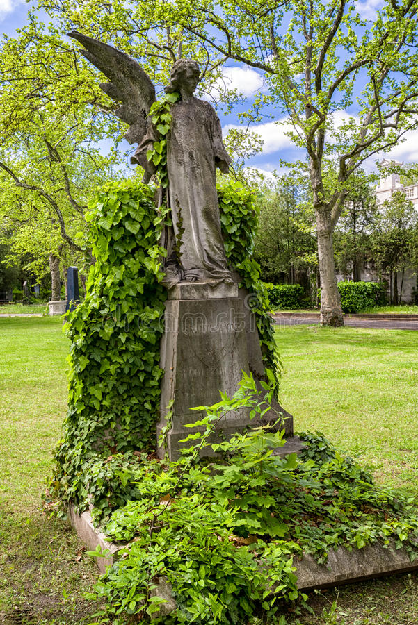 Angelo con un'ala in Kerepesi - cimitero storico a Budapest, immagine stock libera da diritti