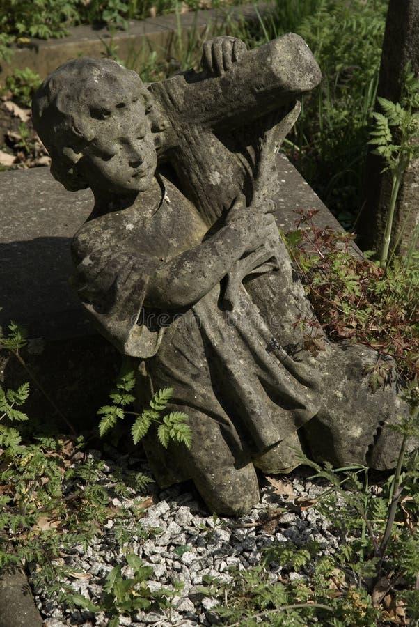 Angelo del ragazzo nel cimitero del highgate fotografie stock libere da diritti