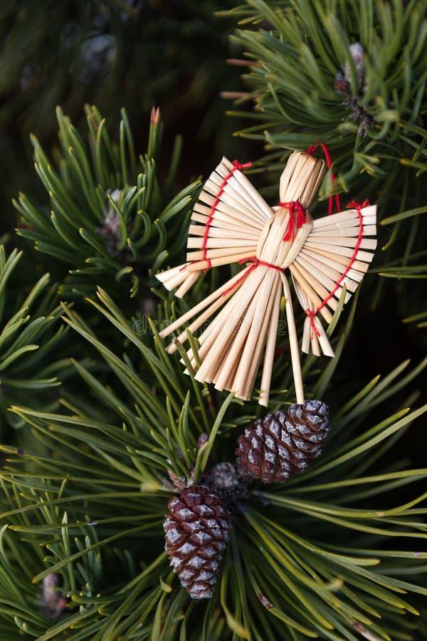 Angelo della paglia in un albero di Natale fotografia stock