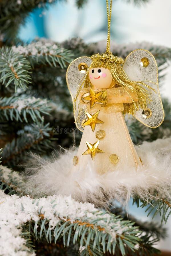 Angelo di natale su un albero della neve fotografia stock libera da diritti