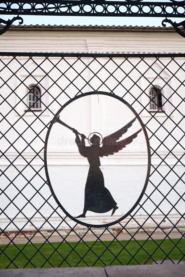 Angelo di suono di tromba nel recinto openwork della grata Tobolsk Kremlin Tobol'sk La Russia fotografia stock libera da diritti