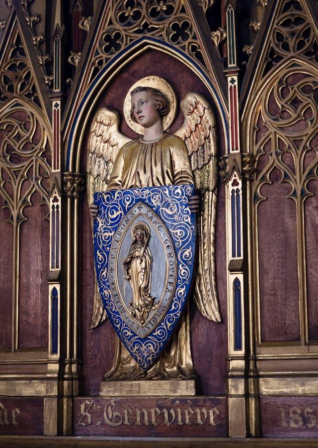 Angelo dorato che sostiene l'effigie del san Genevieve immagini stock libere da diritti