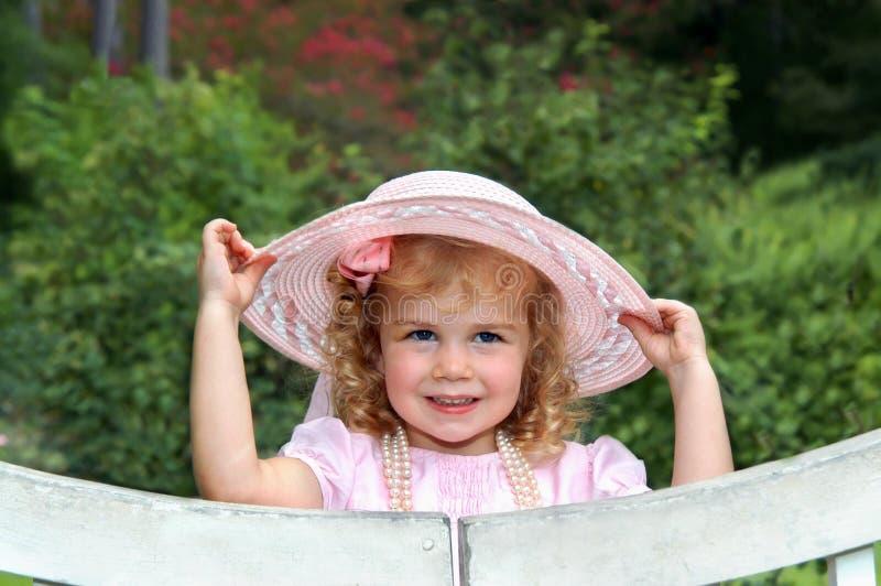 Angelo nel colore rosa con il cappello immagini stock
