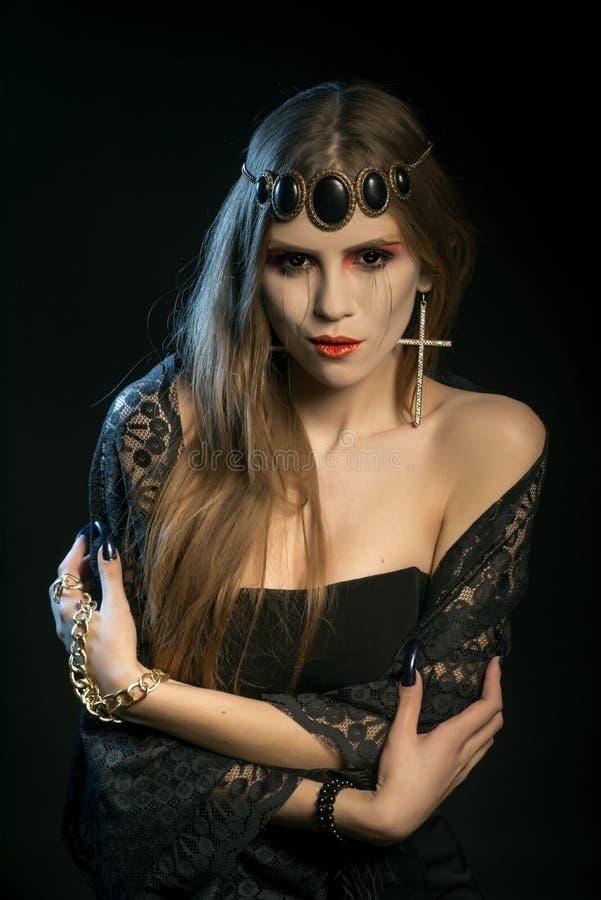 Angelo nero con i cigli lunghi Sguardo fisso di refrigerazione L'immagine del giorno Halloween fotografia stock libera da diritti