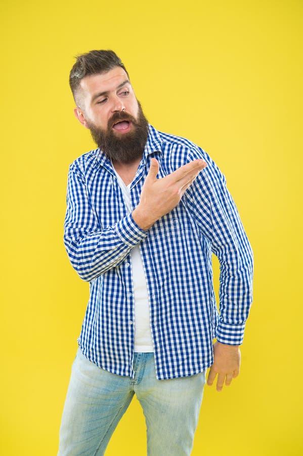 Angelo sulla mia spalla Modo della barba e concetto del barbiere Fondo giallo della barba barbuta dei pantaloni a vita bassa dell immagini stock