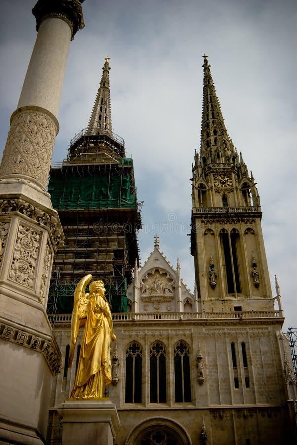 Angelo vicino alla vecchia cattedrale a Zagabria, croatia immagine stock libera da diritti