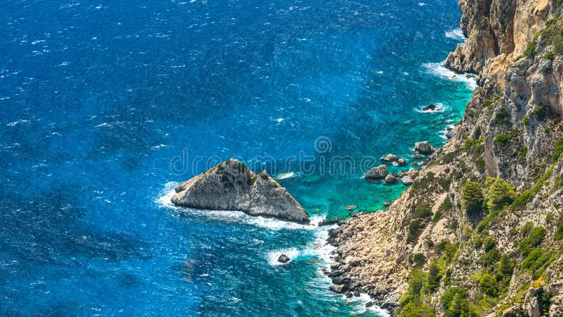 Angelokastro, skalista górska skarpa na wybrzeżu błękitnego morza obraz stock