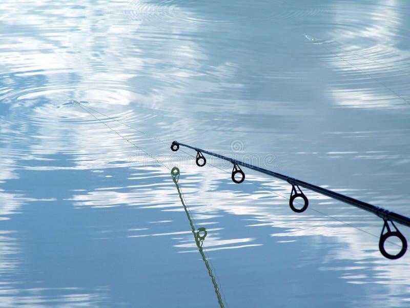 Angelrute über Wasser lizenzfreie stockfotografie