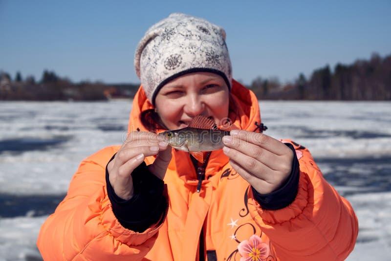 Angelrute für Winterfischen im Schnee stockbilder