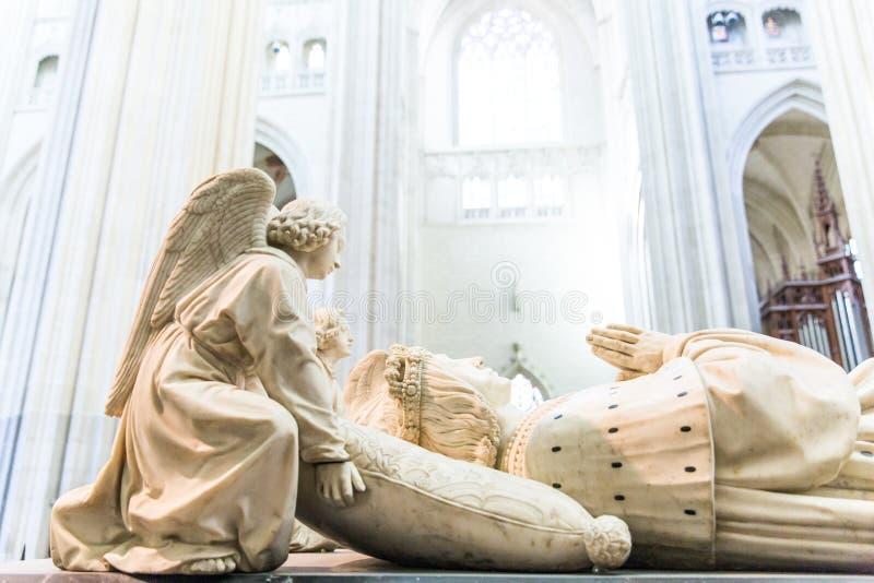 Angels Holding o travesseiro sob François II e Marguerite de Foix Head na Catedral de Nantes, França imagem de stock