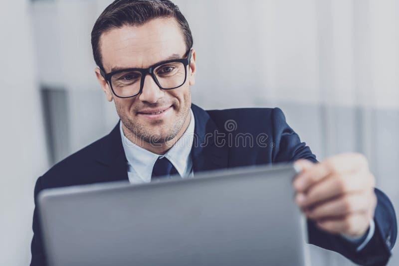 Angenäm affärsman som arbetar på bärbara datorn arkivbilder