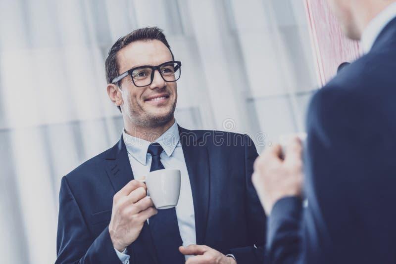 Angenäm affärsman som framme står av spegeln arkivfoto