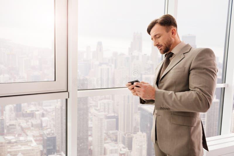 Angenäm affärsman som vilar i hans kontor arkivfoto