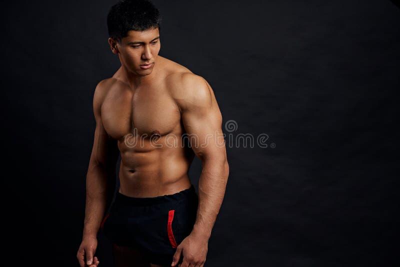 Angenäm allvarlig shirtless idrottsman nen med perfekt abs royaltyfri foto