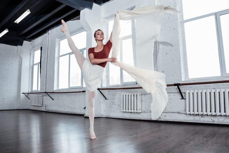 Angenäm attraktiv ballerina som bara dansar i korridoren royaltyfri foto