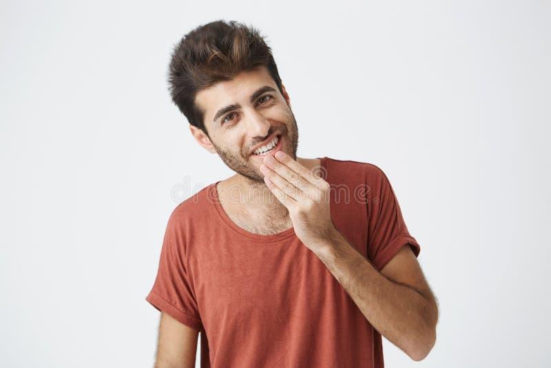 Angenäm attraktiv Caucasian ung man se kameran Gladlynt och le som visar hans vita tänder royaltyfria foton