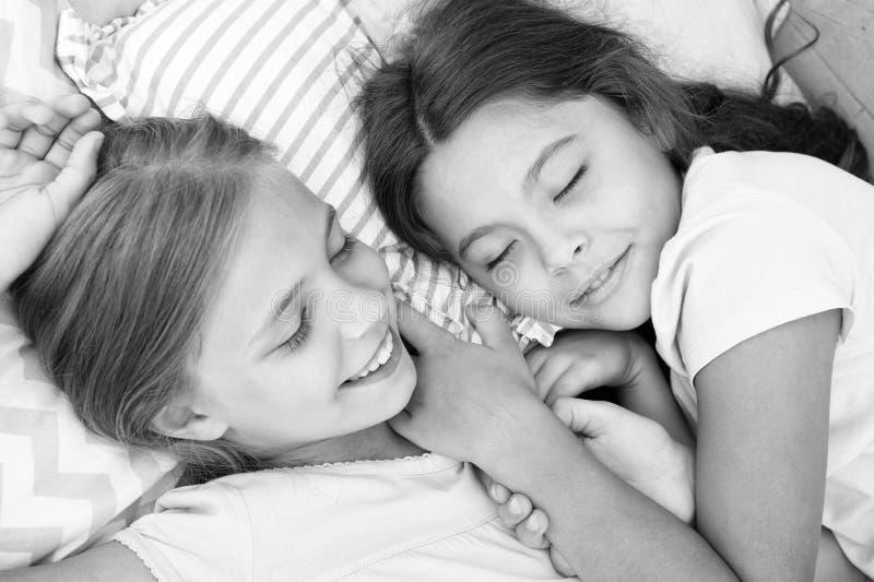 Angenäm dröm på hennes mening Flickor faller sovande efter pyjamasparti i sovrum Flickor har sund sömn Barn kopplar av arkivbilder