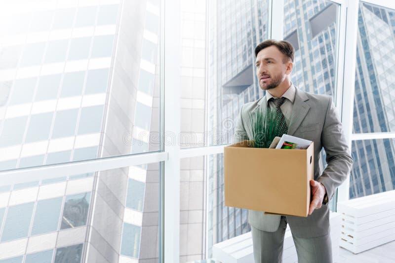 Angenäm employeer som rymmer hans tillhörigheter arkivbilder