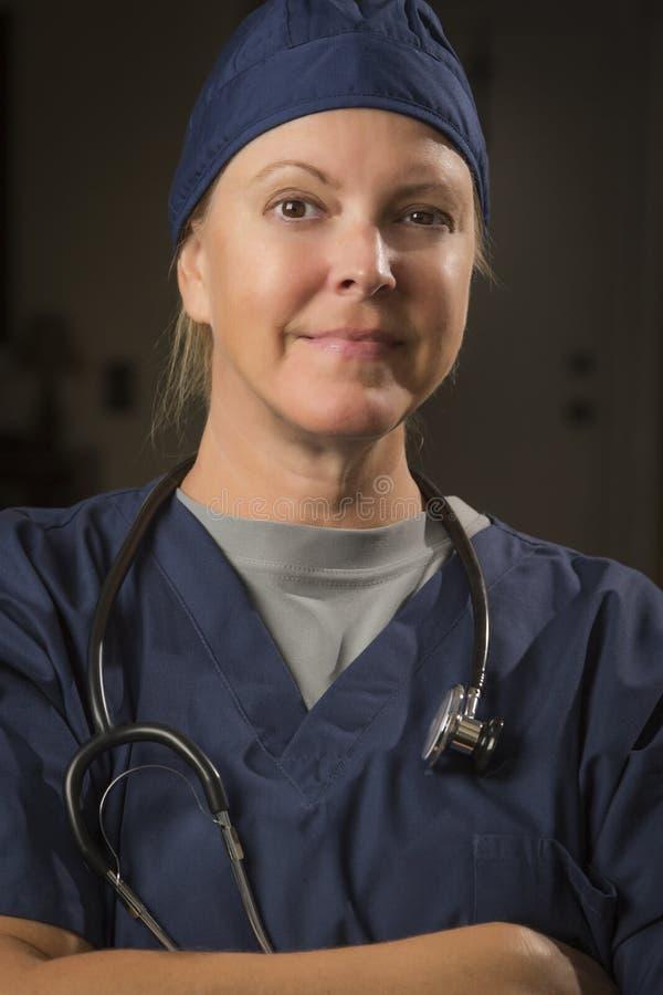 Angenäm kvinnlig doktor eller sjuksköterska Portrait arkivfoton