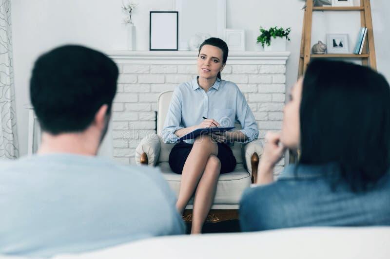 Angenäm kvinnlig terapeut som gör hennes jobb arkivfoton