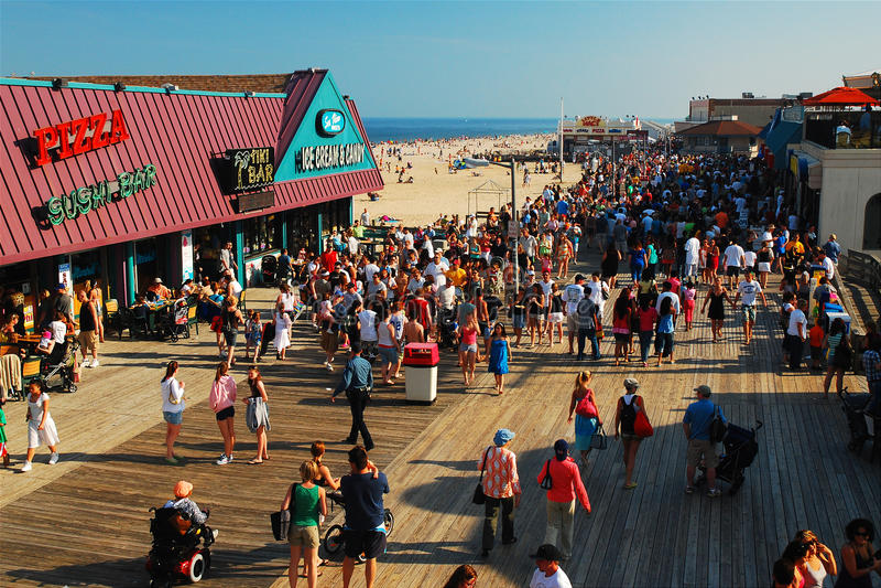 Angenäm strandpromenad för halv liter royaltyfria bilder