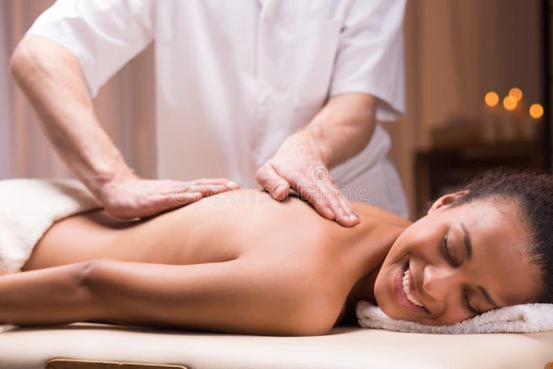 Angenäm tillbaka massage royaltyfri foto