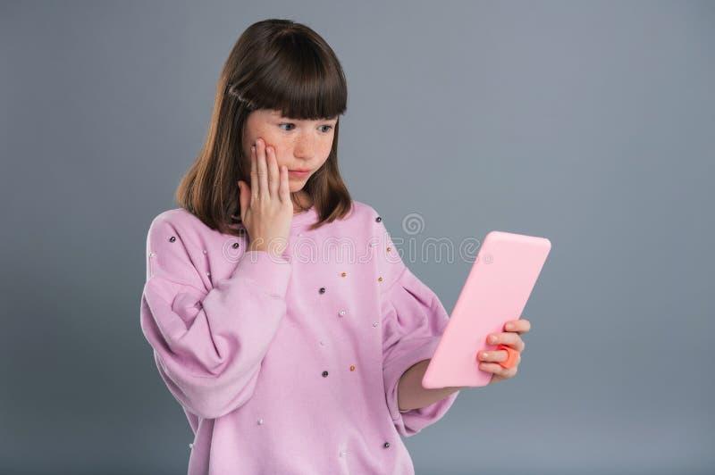 Angenäm tonårs- flicka som förargas om email fotografering för bildbyråer