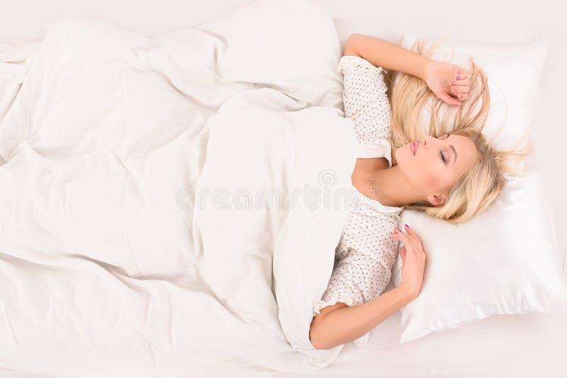 Angenäma drömmar för blond flicka arkivbilder
