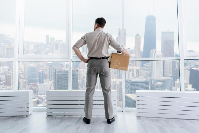 Angenämt affärsmananseende i kontoret arkivbild