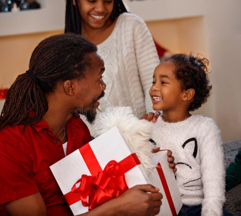 Angenehme Atmosphäre in der Familie für Weihnachten stockfoto