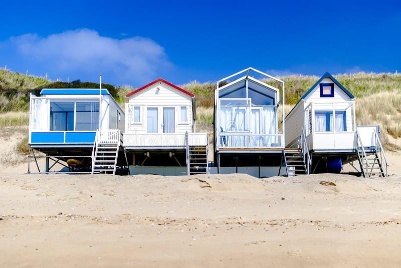 Angenehme Ferienheime, die entlang der Küstenlinie stehen Seashells gestalten auf Sandhintergrund Ferienmieten rückzug Frühling N lizenzfreies stockfoto