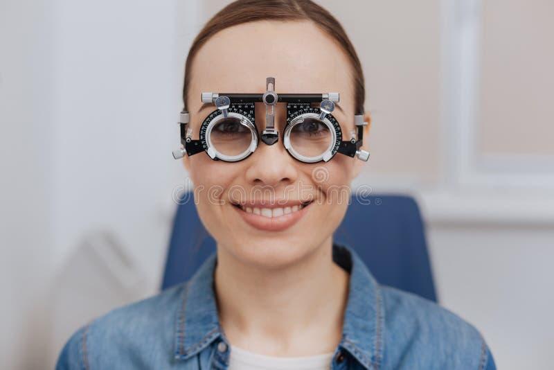 Download Angenehme Frohe Frau, Die Sie Betrachtet Stockbild - Bild von optometry, zuhause: 90233779