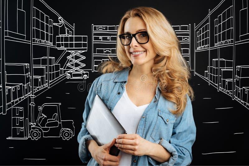 Angenehme intelligente Frau, die an der Post arbeitet lizenzfreies stockfoto