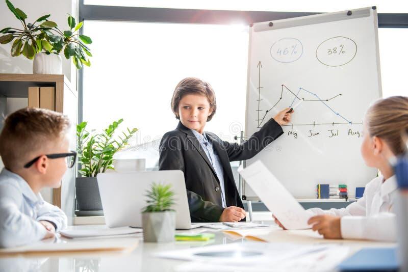 Angenehmer intelligenter Teenager arbeitet im Büro stockfoto