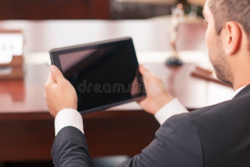 Angenehmer Rechtsanwalt, der Laptop hält stockbild