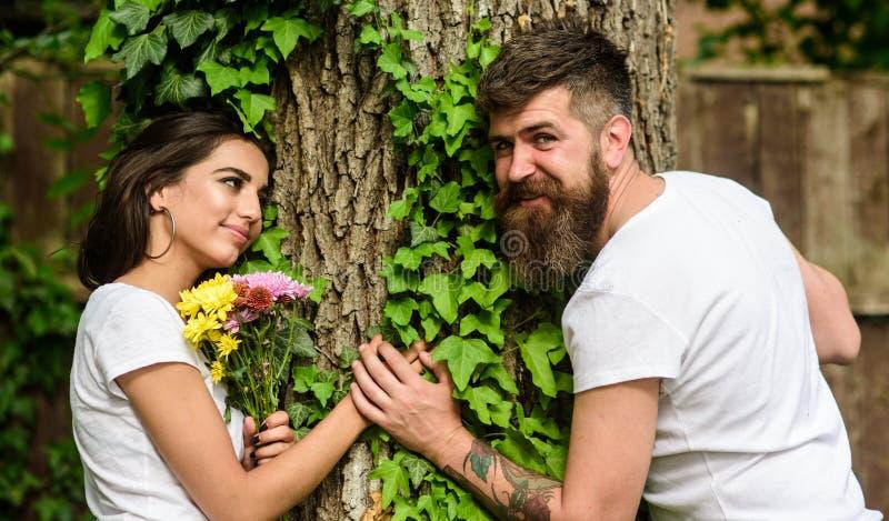 Angenehmes Datum in der Naturumwelt Bärtiger Hippie des Mannes hält Handfreundin Paare Datums-Wegnatur der Liebe in der romantisc lizenzfreies stockbild