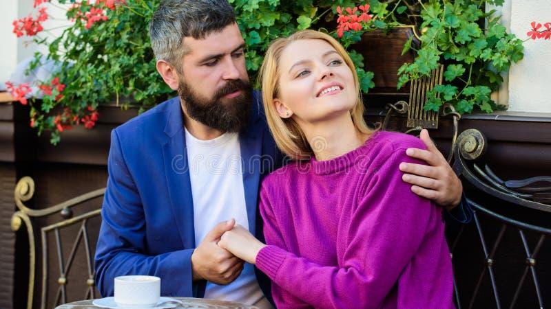 Angenehmes Familienwochenende Verheiratete reizende Paare, die sich zusammen entspannen Reise und Ferien Erforschen Sie Caf? und  stockfotos