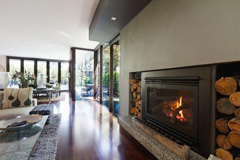 Angenehmes Gasholzfeuer im Architekten entwarf modernes Familienhaus stockfotos