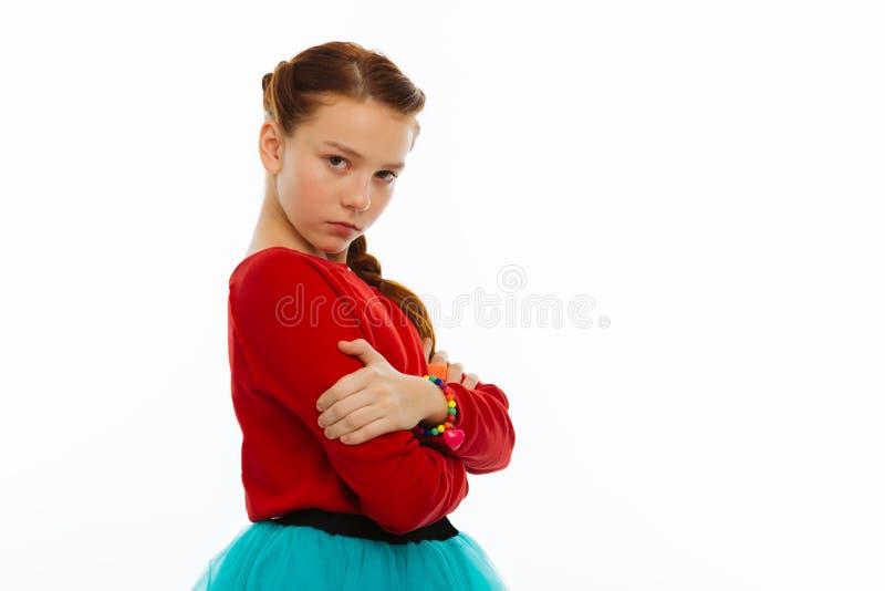 Angenehmes nettes ernstes Mädchen, das Sie betrachtet lizenzfreies stockbild
