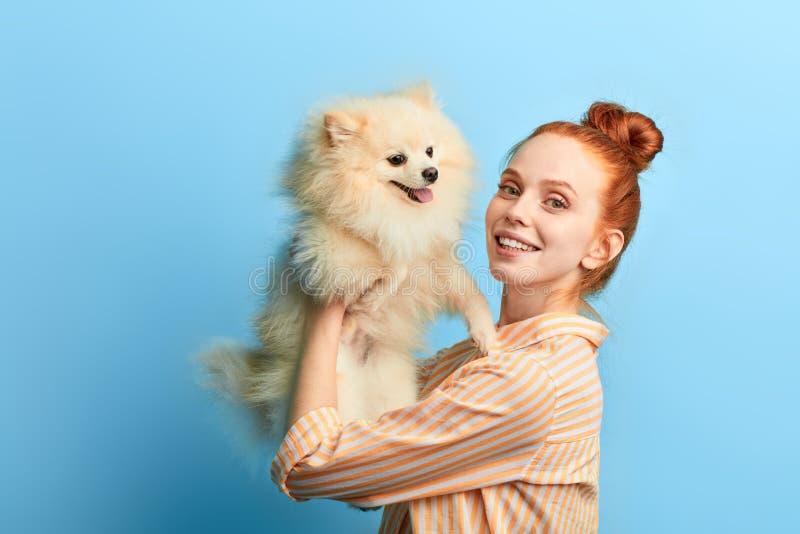 Angenehmes nettes nettes Mädchen, das ihr entzückendes Haustier hält lizenzfreie stockbilder