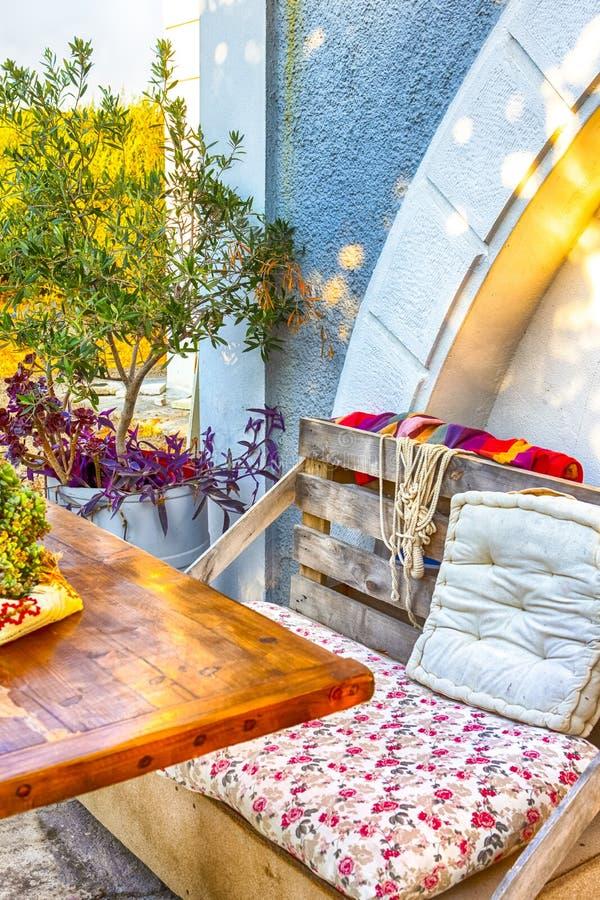 Angenehmes und bequemes Sommer-Landhaus in der griechischen Art gelegen lizenzfreie stockfotos
