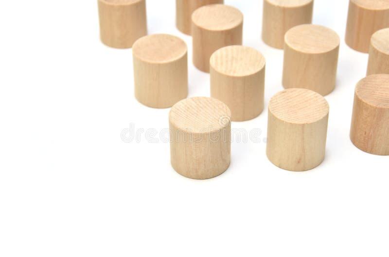 Angeordneter hölzerner Zylinder auf weißem Hintergrund. stockbilder