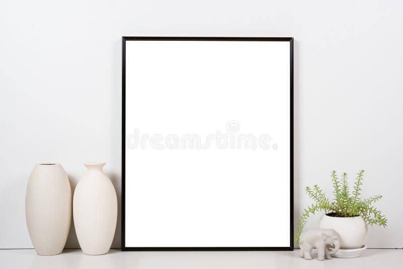 Angeredete Tischplatte, leerer Rahmen, malender Kunstplakat-Innenraumspott lizenzfreies stockbild
