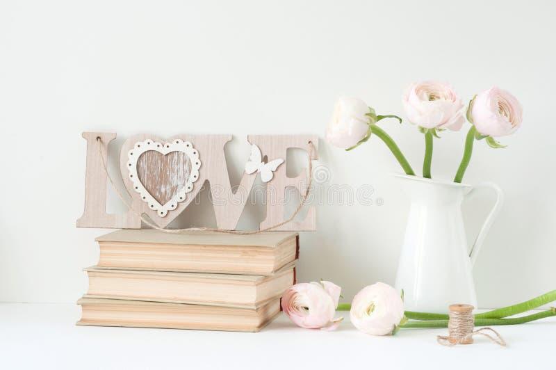 Angeredete Zusammensetzung mit rosa ranunculos lizenzfreie stockfotos