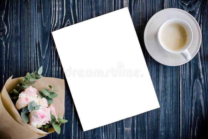 Angeredeter Hintergrund mit Kaffee, smartphote, Rosen und Zeitschrift Co lizenzfreie stockbilder