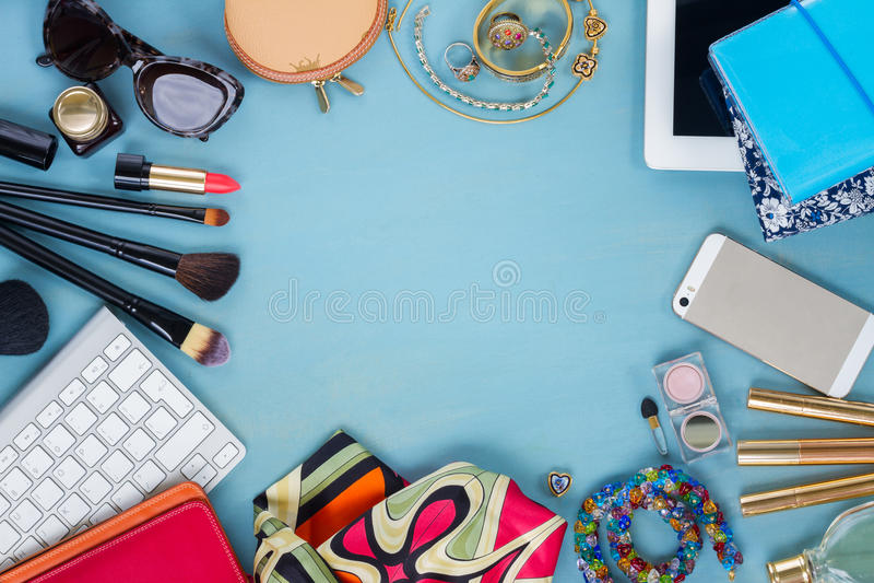 Angeredeter weiblicher Desktop lizenzfreies stockbild