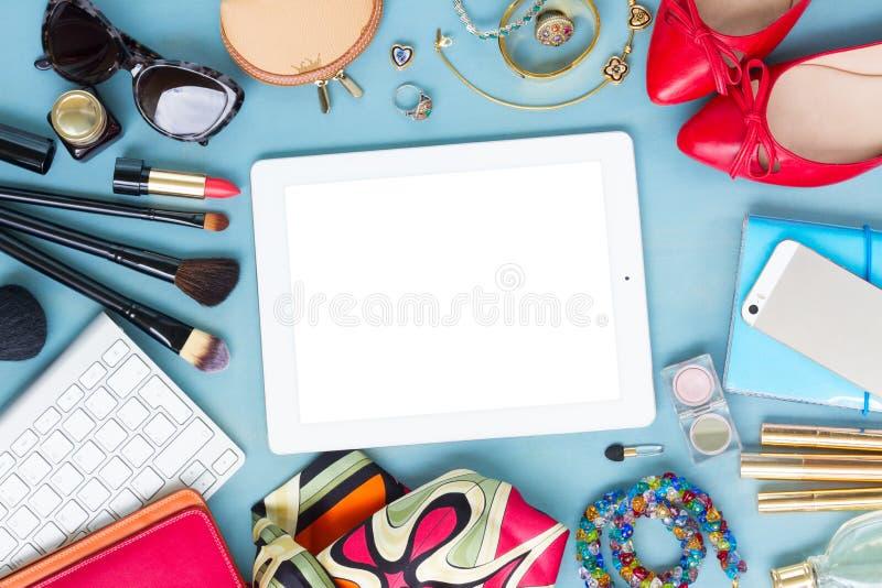 Angeredeter weiblicher Desktop lizenzfreie stockfotos