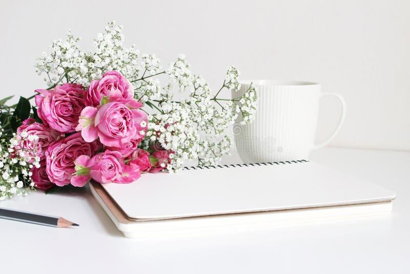 Angeredetes Foto auf Lager Die Nahaufnahme des Hochzeitsblumenstraußes gemacht von den rosa Rosen und Baby ` s Atem, Gypsophila b lizenzfreie stockbilder